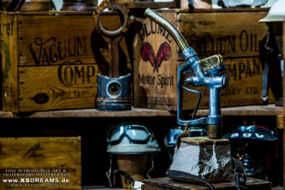 """Skulpturen auf Steinsockel der """"Gas-Off-Collection"""" mit originalen Zapfpistolen von 1910 - 1950 / © Dirk Patschkowski / Limited-Legends / Preise u. Abmessungen folgen"""