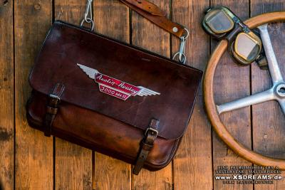 Tasche mit Original Austin Healey Emblem / Limited-Legends © Dirk Patschkowski