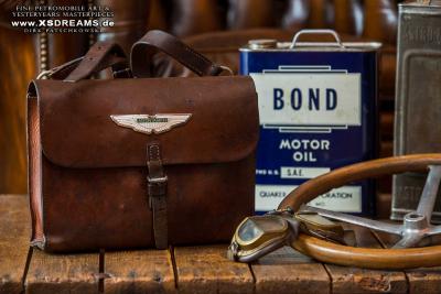 Tasche ca. 70 Jahre alt mit Original Aston Martin Emblem / Limited-Legends © Dirk Patschkowski